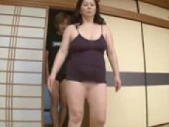 豊満超熟女が雄叫びをあげながら風呂場で過激な性教育