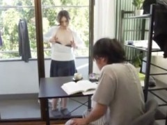 勉強頑張る息子にベランダからオッパイ見せて誘惑する変態母さん