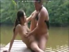 ヘンリー塚本 巨乳熟女と川辺で野外プレイ
