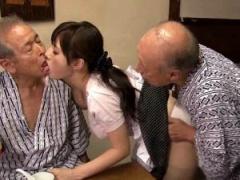 夫とのセックスがご無沙汰な熟女がお爺ちゃんと中出しSEX!