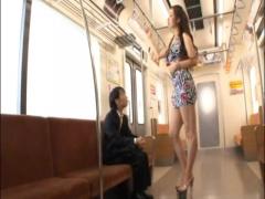 搾精フェラ 電車内で背の高い女性が身長の低いおじさんのチンポをお口で責めちゃう