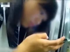 個人撮影 盗撮 スマホに夢中の幼い娘が電車で痴漢に触られる!