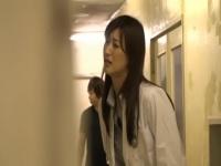 病院でトイレが我慢できずに尿瓶に放尿した女医…それを見ていた男