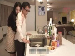 人妻誘惑NTR 姉の旦那を自宅キッチンで誘惑しバレないように内緒でセック...