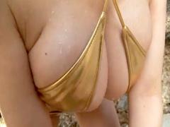 巨乳美女のゴールド水着がエロすぎる 乳寄せ、乳揺れとか見てるだけで抜け...
