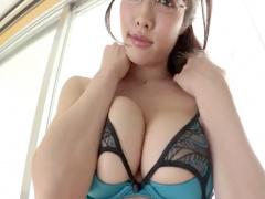 メガネ巨乳美女がエロすぎるグラビアにチンポびんびん 知的な雰囲気で乳寄...
