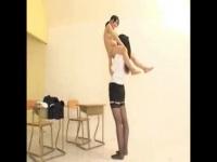 182cmの高身長な先生と135cmの低身長なセーラー服JKの変なレズ動画w