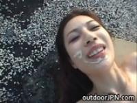 野外で綺麗なお姉さんと正常位でセックスする動画