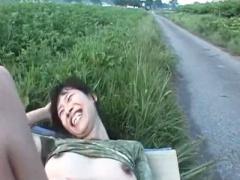 無修正素人露出個人撮影 どっかの変態熟女夫婦が道端野っ原にゴザひいてお...