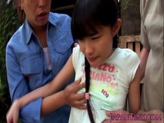 三つ編み少女が野外で変態おやじの汚いチムコをパイパンマムコに捻じ込まれ
