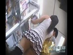 何もしなくてもパンチラしそうな超ミニスカ女子を逆さ撮りしてパンチラ盗撮