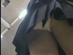 制服JKのスカートの中を逆さ撮りしてパンチラ盗撮 無料動画