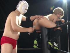 強気だった女子プロレスラーが試合に敗れリングでアナル浣腸二穴同時挿入...
