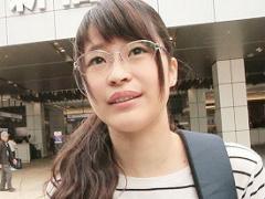 23歳の眼鏡をかけた地味系娘をラブホに連れ込んでチンポを挿入した途端、...