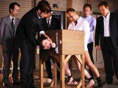箱型のギロチン台に固定された美女3人組、中出しロシアンルーレットの餌食...