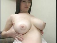 母乳の量がすごすぎる! 童顔な若妻と授乳プレイ