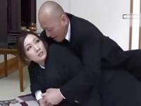 未亡人が亡き夫の一周忌に夫の友人を誘惑しビクン痙攣イキ!