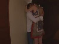ラブラブの新婚夫婦がベットまで待ちきれず玄関でハメ始める