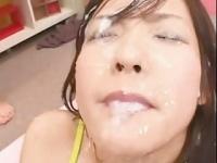 精液を顔射される可愛い鮎川なおの動画!