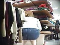 しゃがみパンチラ盗撮動画 何人もの女の子のパンツがバッチリ映ってる。