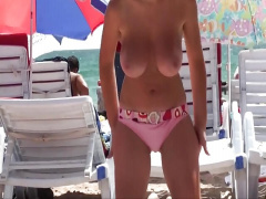 これが文化の違いか! カワイイ美巨乳娘がビーチでオッパイ丸出し!