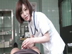 女医 女性の中で逝くことができない患者のチンポを擦って治療する女医さ