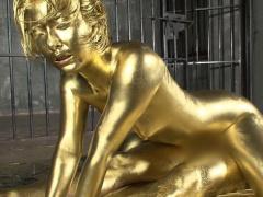 全身に金粉を塗りたくられ挿入→顔射するなんともフェチ度高めの作品