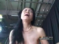貧乳長乳首と未処理のワキ毛とマン毛がエロいスレンダー超熟女