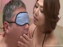 ムッチリ巨乳デカ尻熟女がM男チンポを手コキ責めして射精後も止めないw