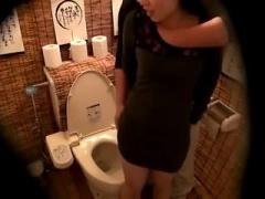 居酒屋のトイレで彼女とSEX。ほろ酔いでエロくなった彼女は感じまくり!