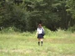 JK野外オナニー セーラー服女子校生が田舎道を奥へ奥へと歩いていく 草む...