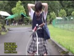 女子校生野外オナニー 自転車のサドルに媚薬を盛られた美少女JK麻里梨夏が...