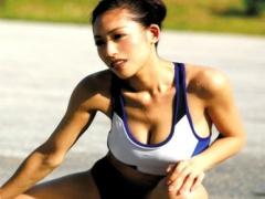 Hカップ爆乳筋肉系女子! 競技歴14年の現役スプリンターが衝撃デビューでデ...