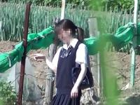 女子校生がスカートめくりでじゃれ合う様子を完璧なタイミングで盗撮