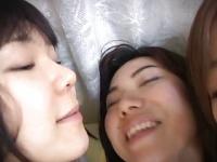 唾液交換を繰り返す三人娘のレズキスフェチ動画