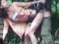 人目を気にせず野外で堂々とセックスする素人カップルを盗撮