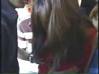 電車の中で集団痴漢に遭遇するもち肌の素人娘