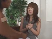 色白お姉さんの乳首を責める動画