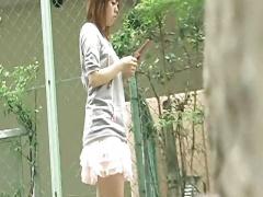 街角で携帯いじり中にマンチラしているノーパン素人娘を隠し撮り