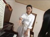 ピアノの先生が角オナに夢中になる姿を目撃した生徒