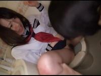 トイレで変態男に侵入されたセーラー服JKにイラマチオ強要