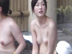 露天風呂にいた綺麗なピンク色の乳首をした巨乳素人を隠し撮り