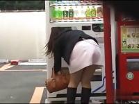 いきなり道行く女のスカートをめくってパンティーを下ろします