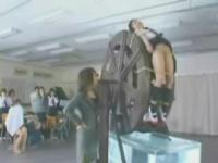 女子校生を水車に縛り付け水責め拷問する女教師