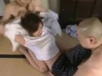 夫の前で犯され尿を掛けられる拘束された美巨乳美人妻
