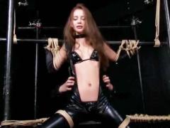 囚われ手足を拘束されたラバースーツ美女をくすぐり拷問とクリと膣奥に振...