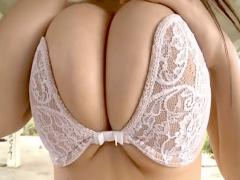 ムラムラが凄い爆乳グラビア美女 乳揉み、乳寄せが凄くて着衣のままでも十...