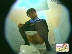 個人撮影 ガチっぽいトイレ盗撮流出動画! 綺麗なCAさんがパンストずらして...