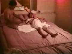 夫婦の個人撮影動画 デカイディルドを根元までハメハメ 右手がすっぽり埋...