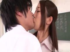 女教師 教室でパンチラに欲情した生徒に迫られ断り切れずにチンポを咥えて...
